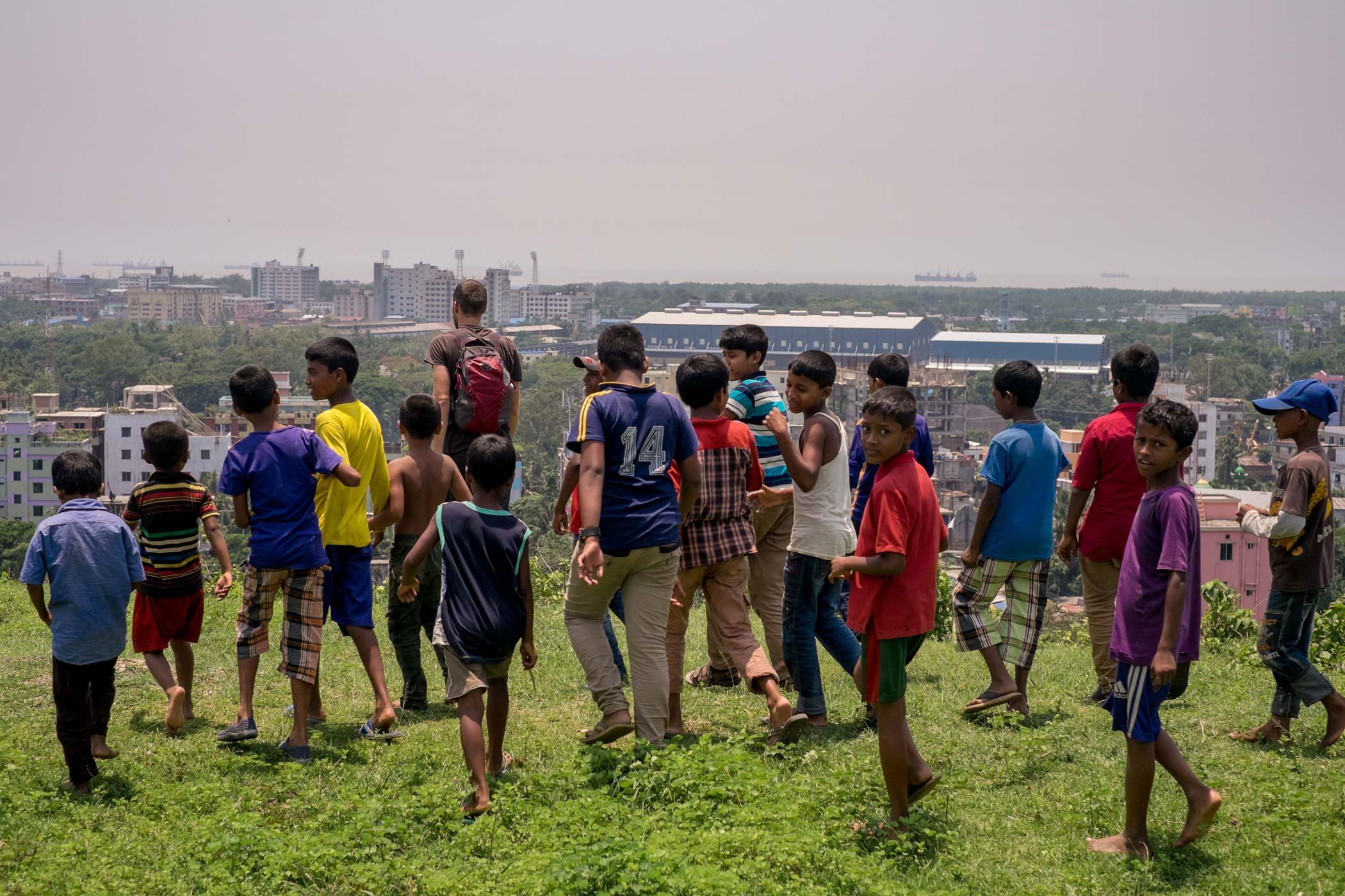 Дети из Читагонга следуют за мной, Бангладеш.