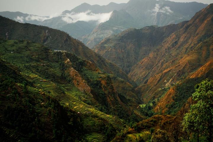 Изрезанный рисовыми террасами Непальский ландшафт.