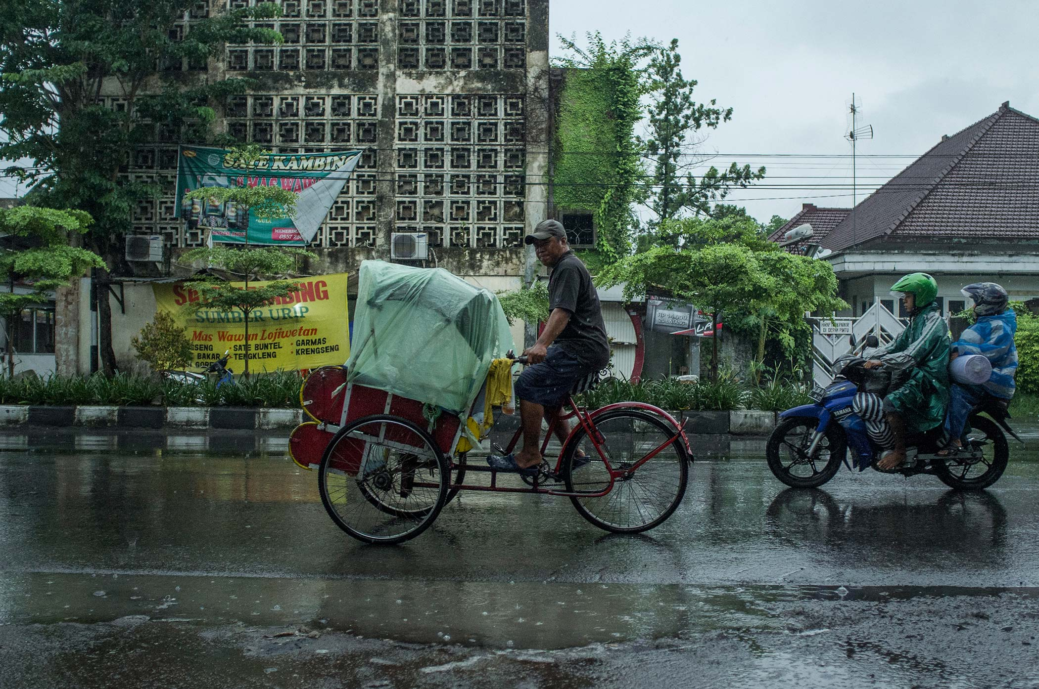 A Chinese becak driver in downtown Solo.