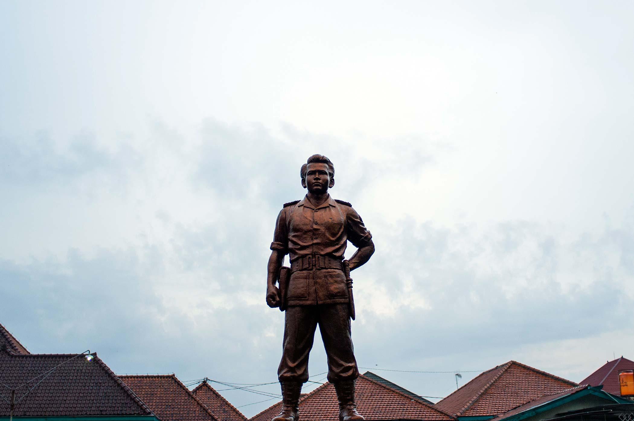 Statue of the Indonesian nationalist fighterSlamet Rijadi.